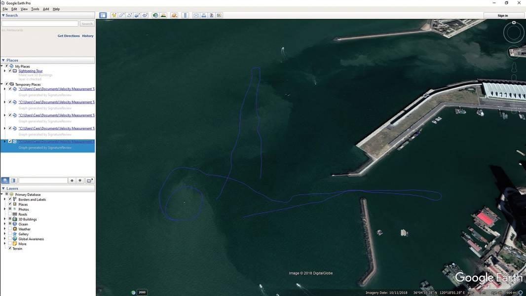 """Google धरती में ट्रैक किए गए ट्रैक दिखाते हुए निर्यातित डेटा (.kml प्रारूप)। चालक दल ने इन दोनों स्थानों में धाराओं के वेग और दिशा में अंतर की पहचान करने के लिए बंदरगाह के अंदर और बाहर वर्तमान सर्वेक्षण की तथाकथित """"लाइनों"""" को अंजाम दिया। चित्र: नॉरटेक"""