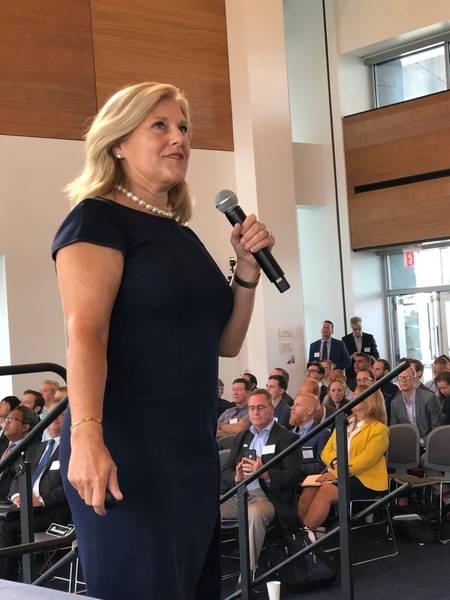 """Julia Bovey, Diretora de Relações Exteriores da Equinor Wind US, faz uma apresentação em """"Energia Eólica Offshore: Planejando a Energia Oceânica na América"""". (foto: Greg Trauthwein)"""