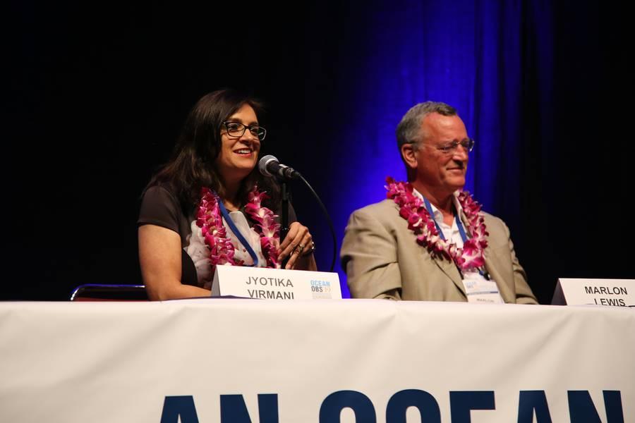 Ο Δρ Jyotika Virmani και ο Δρ Marlon Lewis στο OceanObs'19. Φωτογραφία: OceanObs'19