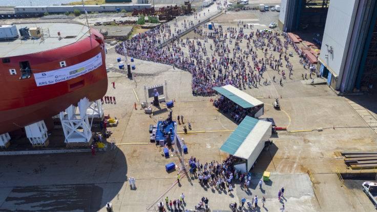 Milhares de pessoas se reuniram para testemunhar o lançamento do casco Sir David Attenborough em 14 de julho. (Foto: BAS)