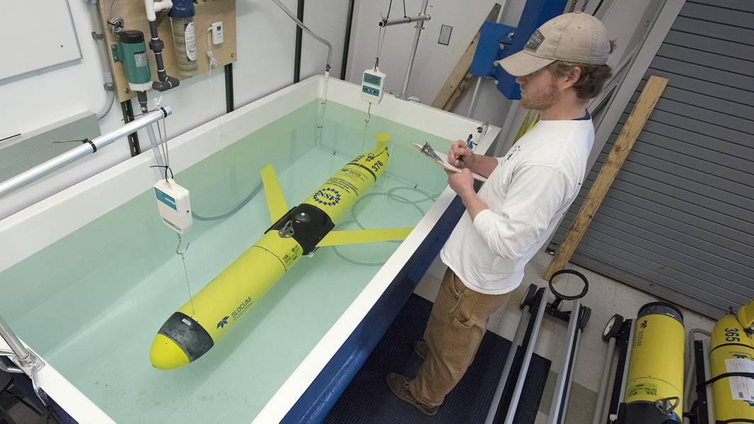 O OOI não é apenas composto de sistemas de instrumentos ancorados no fundo do mar. Os planadores oceânicos, como este, movem-se entre e além das amarras durante meses, medindo a temperatura, a salinidade e outras propriedades oceânicas críticas que ajudam os cientistas a entender o que está acontecendo muito além das amarras ancoradas. Os veículos não têm motor: eles literalmente deslizam pela água mudando sua flutuabilidade. (Foto de Tom Kleindinst, Instituto Oceanográfico Woods Hole)