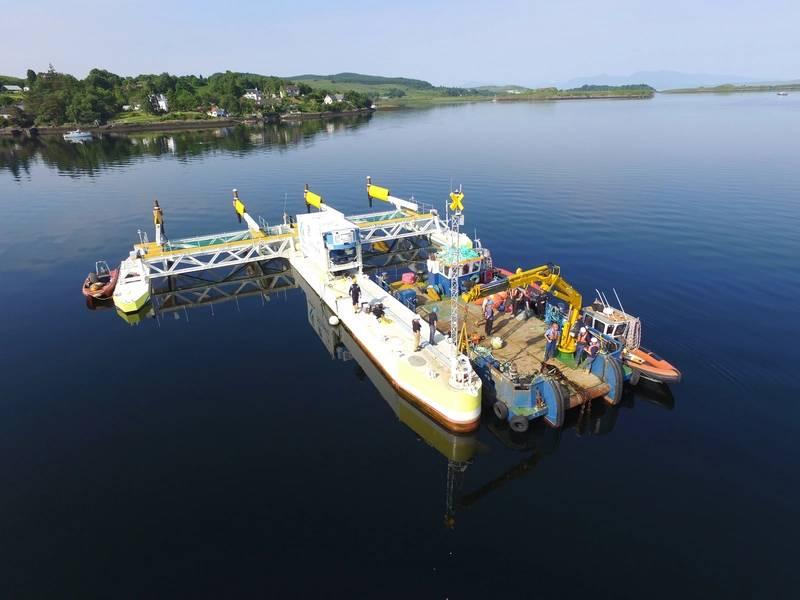 """PLAT-I und das 15m Meercat-Arbeitsboot """"Venetia"""" vor der Abkopplung vom Festmachersystem während der Demobilisierung. Foto: © SCHOTTEL HYDRO"""