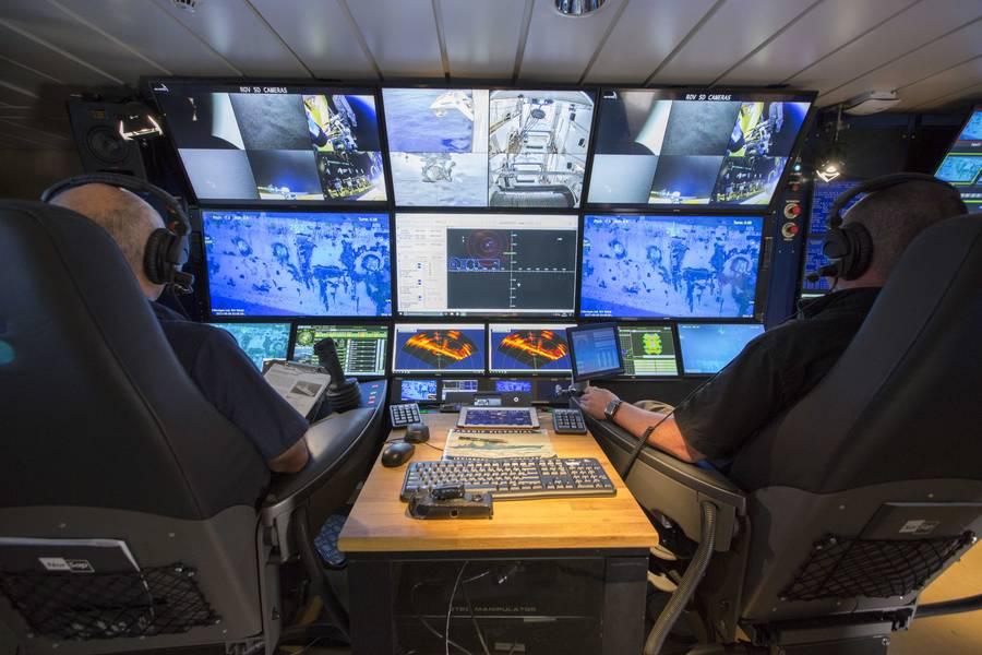 Pilotos de ROV a bordo del RV Petrel. La OPENSEA de Greensea permitió el uso de sillas de piloto y copiloto sincronizadas. (Foto cortesía de Paul G. Allen)
