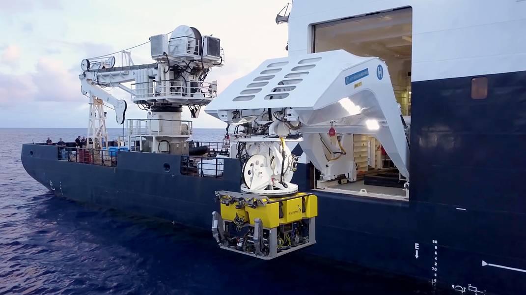 El ROV BXL79 se implementa desde el R / V Petrel. (Foto cortesía de Paul G. Allen)