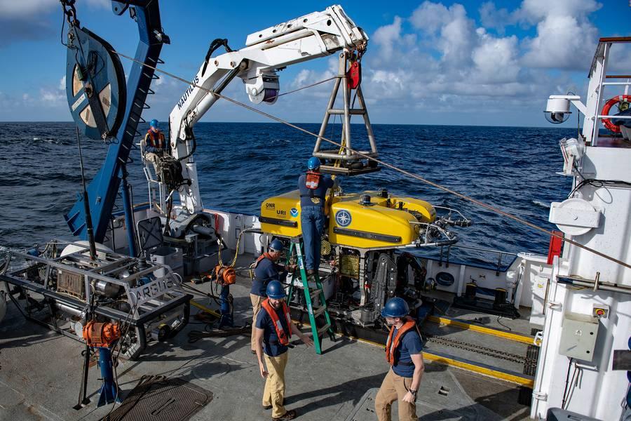ROV Herculesは、オリンピック・コースト国立海洋保護区で隕石の断片を検索するためにE / V Nautilusから立ち上げられます。 (写真:Susan Poulton / OET)