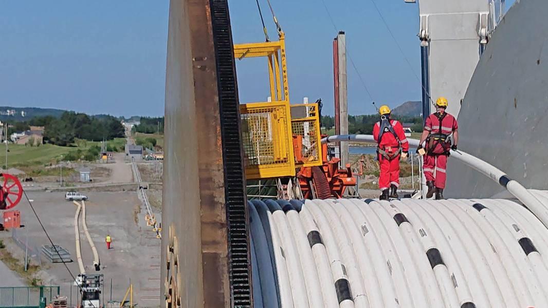 Reeling επί του σκάφους Navca, Spoolbase στο παρασκήνιο. Εικόνες ευγένεια Chrysaor και υποθαλάσσιος 7
