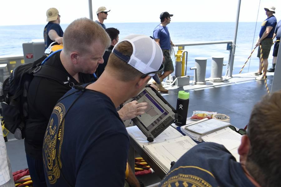 Scott Lowery, Abteilungsleiter des Naval Surface Warfare Center der Panama City Division, demonstriert die von ONR TechSolutions gesponserte Scuba Binary Tauchanwendung (SBDA 100) während einer Demonstration und Auswertung vor der Küste von Panama City, Florida. (US Navy Foto von Bobby Cummings)