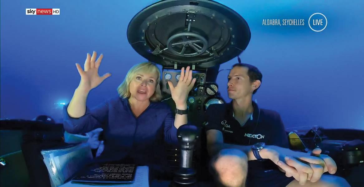 SkyCommからのAnna Bottingは、BlueComm 200 UVを使用してワイヤレスで海中で通信している間にテレビでライブ中に表示されます。 Sky Newsのライブ放送の静止画。写真:ソナダイン
