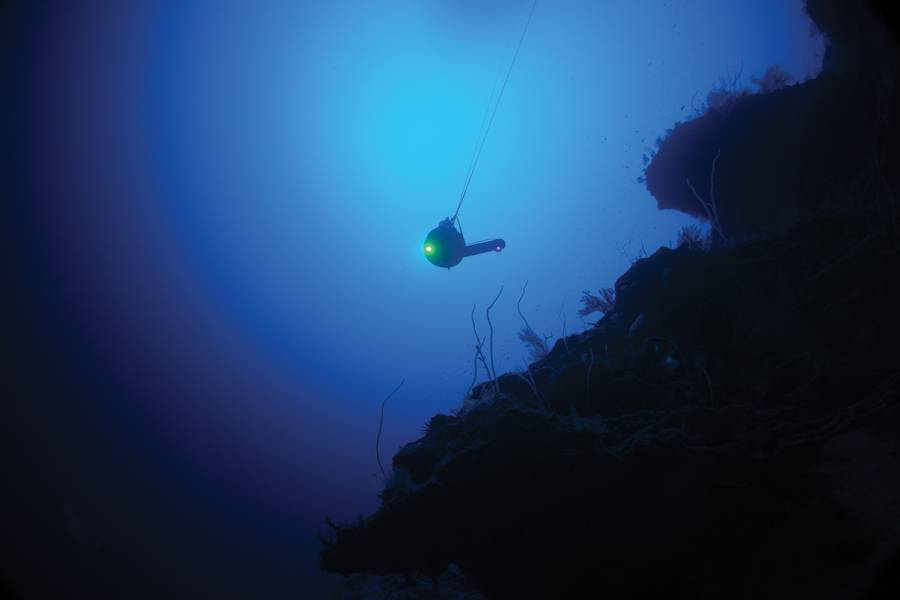 Sonarydnes BlueComm-Depressor im Wasser von Aldabra während der Mission Nekton First Descent. Foto: Nekton Oxford Deep Ocean Research Institute
