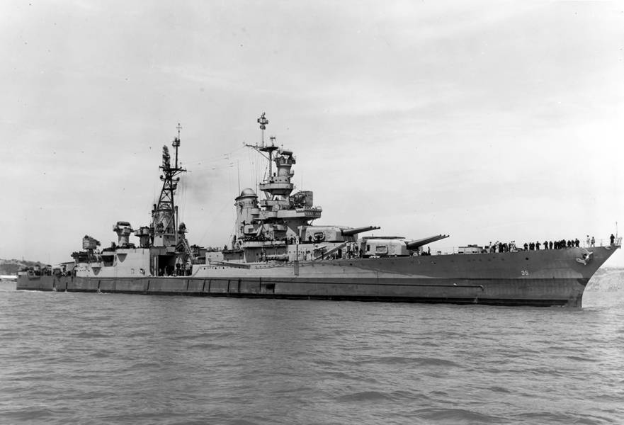 USS Indianapolis (CA 35) fuera del Yarda de la Marina de Mare Island en California, 10 de julio de 1945. (Foto de archivo de la Marina de los EE. UU.)
