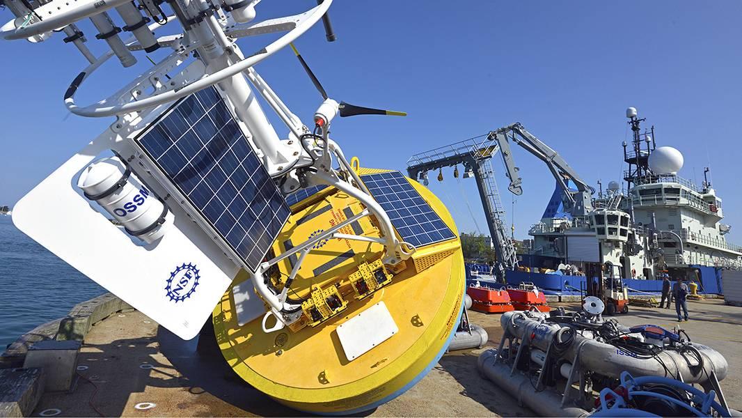 As amarras, algumas com grandes bóias de superfície azul e amarela, servem como plataformas para instrumentos científicos e são um componente-chave dos arrays da OOI. Instrumentos são fixados à bóia de superfície para observar a atmosfera marinha, e para a armação de ancoragem e cabo de interconexão para fazer medições das propriedades físicas, químicas e biológicas do oceano. (Foto de Ken Kostel, Instituto Oceanográfico Woods Hole)