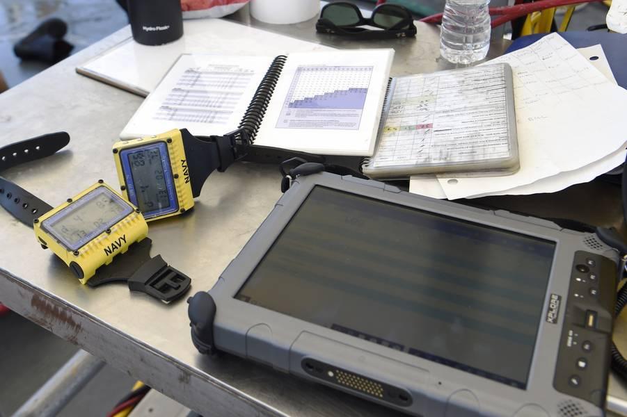 La aplicación de buceo binario de buceo patrocinado por ONR TechSolutions (SBDA 100) reemplaza los registros de papel tradicionales y automatiza el registro y envío de perfiles de buceo directamente desde una computadora de buceo usada por Navy Divers a la base de datos de DJRS del Naval Safety Center. (Foto de la Marina de los Estados Unidos por Bobby Cummings)