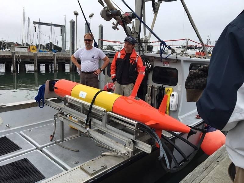 A bordo del barco de investigación, el robot de escaneo de aceite 3-D LRAUV está listo para probar su nueva configuración. Foto de US Coast Guard.