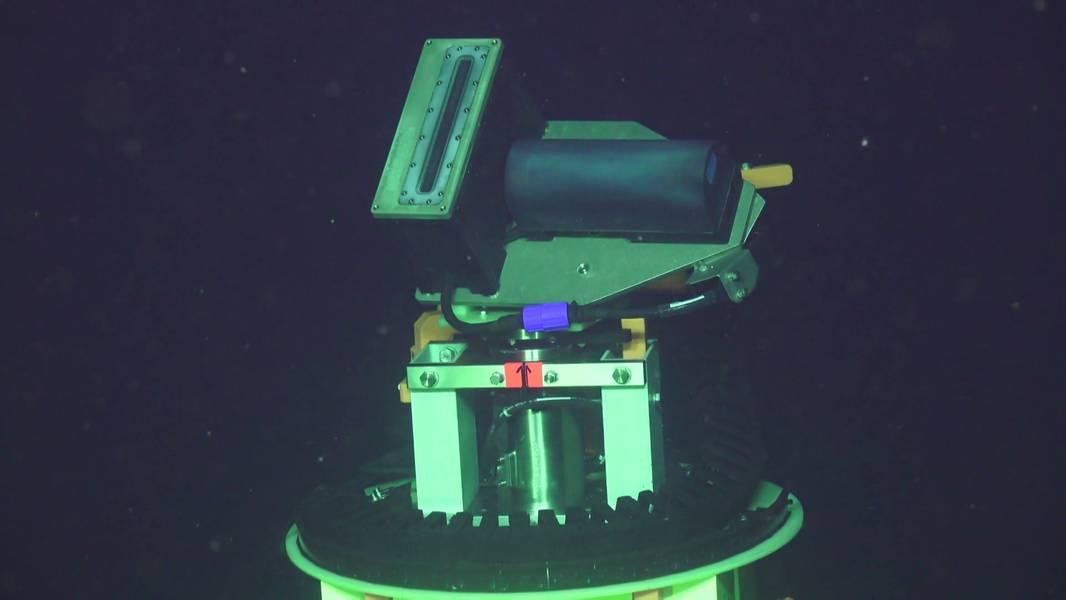 El cabezal giratorio del sonar general, con Sonic 2022 en él. (Foto tomada con ROV Jason. Créditos: UW / NSF-OOI / WHOI / MARUM, V18)