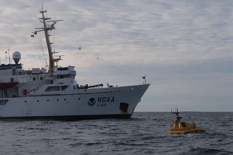 Un equipo de ingenieros y estudiantes del Centro de Cartografía Costera y Oceánica de la Universidad de New Hampshire recientemente regresó de un viaje que desplegó el primer buque de superficie autónomo (robótico) - el Batimétrico Explorer y Navigator (BEN) - desde un barco NOAA muy por encima del Círculo Artico. (Foto por Christina Belton, NOAA)