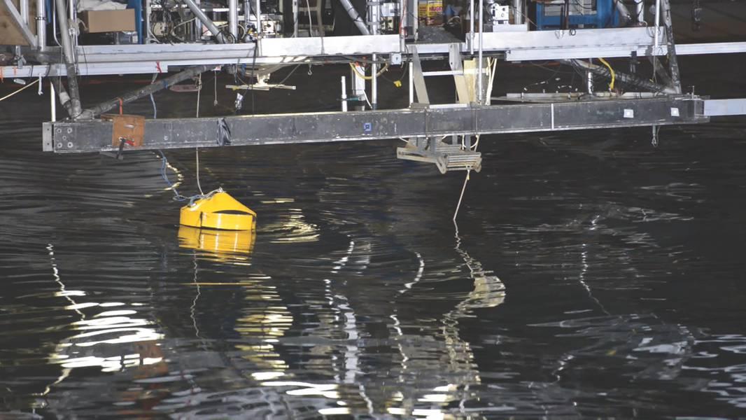 El generador de punta única accionado por ondas de AquaHarmonics se demuestra durante un escaparate de innovación en la Cuenca de Maniobras y Marinería en Carderock, Maryland (foto de la Marina de EE. UU. Por Heath Zeigler)
