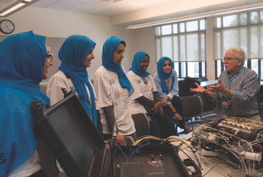 O inventor de sonar de varredura lateral, Marty Klein, juiz de competição e partidário do MATE, fala com a equipe feminina de ROVs da Arábia Saudita durante o evento internacional de 2017. (Foto cedida por MATE II)