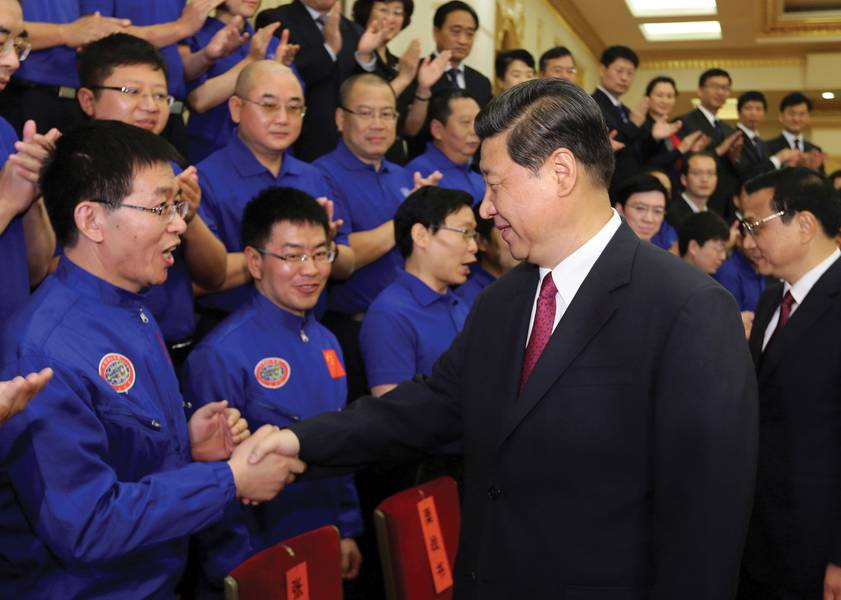 """El número 4 es (izquierda) el profesor Cui Weicheng recibiendo el título de """"Héroe nacional de China"""", del presidente de la República Popular China Xi Jinping (derecha) después de sus exitosas inmersiones a más de 7.000m en el sumergible Jiaolong. (Foto: Universidad Oceánica de Shanghai)"""