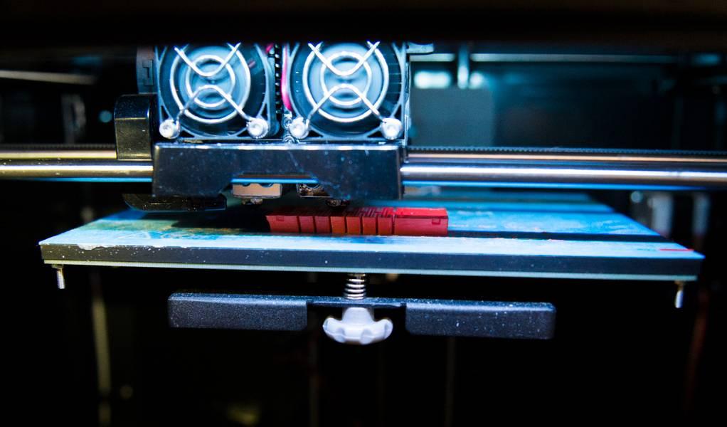 Os pesquisadores usaram impressoras 3D a bordo do navio para criar novas versões das garras (laranja) durante a noite em resposta ao feedback dos pilotos e biólogos do ROV. (Crédito: Wyss Institute na Universidade de Harvard)