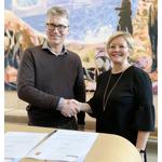 Kongsberg Maritime's Bjørn Jalving and the Norwegian Society for Sea Rescue's Rikke Lind signed the cooperation agreement. (Photo: Kongsberg Maritime)