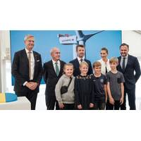 From left to right: CEO of Vattenfall Magnus Hall, Chairman of Vattenfall Lars G. Nordström, HRH Crown Prince of Denmark, Danish Prime Minister Mette Frederiksen, Minister of Climate, Energy and Utilities Dan Jørgensen and pupils from Hvide Sande School. Photo: JESPER VOLDGAARD