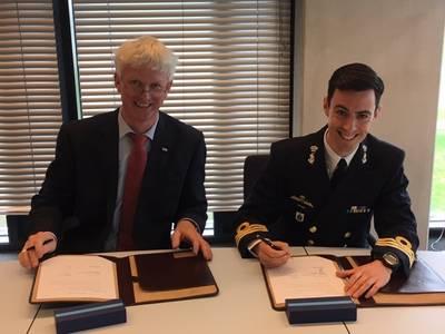 Jelle Loosman (Managing Director, Damen Shipyards Den Helder),  Wing Commander KLTZ Marc Hermsen (Head of Purchase Office DMO) (Photo: Damen)