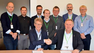 Olav Henriksen, SVP Projects at Aker BP, and Rolf Ivar Sørdal, Commercial Director GNS at DeepOcean, pictured here together with the team, signed the contract October 25. (Photo: AkerBP)