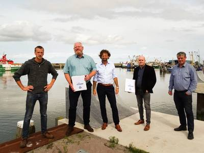 The signing of a contract between shipping company COS Master and the Groningen shipbuilder Next Generation Shipyards in Lauwersoog for the building of an offshore service vessel.