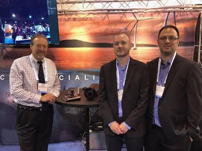 Εικονίζονται εδώ στο περίπτερο Sidus (L to R): οι Leonard Pool, Mark Hopper, VP και Francis Labonte, και οι δύο με το Vantrix με έδρα το Μόντρεαλ. Αναζητήστε ένα χαρακτηριστικό στο σύστημα σε μια μελλοντική έκδοση του περιοδικού Marine Technology Reporter. Φωτογραφία: Greg Trauthwein