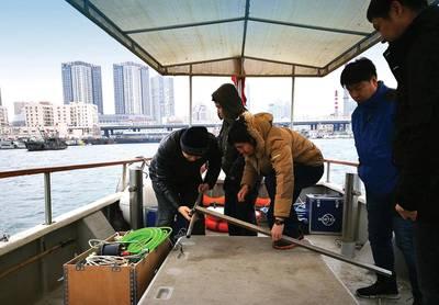 Το προσωπικό της Nortek στην Κίνα κινητοποιώντας το πακέτο υπογραφής VM κάτω από το προσεκτικό μάτι του τελικού χρήστη Wang Yan, Ανώτερος Διευθυντής Υδρολογίας στο Zhongjiao No.1 Hangwu Engineering Reconnaissance Design Institute του CCCC. Δεδομένου ότι το Signature VM είναι ένα απλό σύστημα plug-and-play για τρέχουσες μετρήσεις, το πλήρωμα ήταν σε θέση να ξεφύγει για μια δοκιμαστική έρευνα μετά από μόλις περίπου 30 λεπτά εγκατάστασης. Εικόνα: Nortek