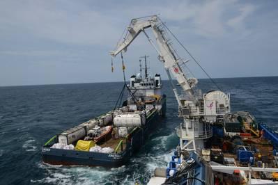Экипажи на борту M / V SHELIA BORDELON выгружают более 450 000 галлонов нефти с кораблекрушения в Коимбре, находящегося в 30 милях от берега от Шиннекок, сотрудники береговой охраны NYUS обнаружили значительное количество нефти в грузовых и топливных баках во время оценки Коимбры на месте в мае 2019 года. ( Фото береговой охраны США Майкла Хаймса)