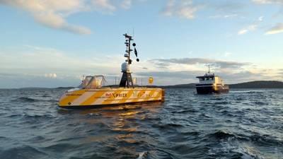 أبحر فريق عمل جي بي بي سي-إن إف إف من هورتن ، النرويج ، في أول ثلاث تجارب بحرية على مدار 24 ساعة. لاحظ الفريق جولة ناجحة من التجارب من سفينة الحراسة ، ينظر هنا وراء USV-Maxlimer. (الصورة: GEBCO)