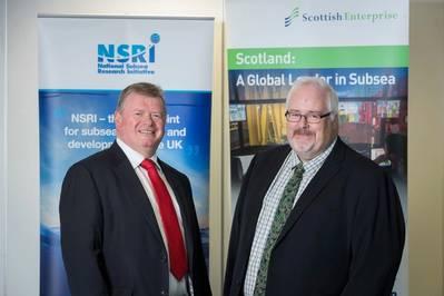 من اليسار إلى اليمين: توني لاينج ، مدير NSRI للبحوث وتسارع السوق ، وآندي ماكدونالد ، مدير قطاع الطاقة وتقنيات الكربون المنخفض في Scottish Enterprise. (الصورة: NSRI)