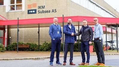 من اليسار: مدير عمليات جان فيغارد هيستن IKM ، المدير الإداري لـ Ben Pollard IKM ، Geir Sjøberg CEO AKOFS & Hans Fjellanger مدير BD IKM (الصورة: IKM)
