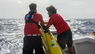 ويستعد كل من جرانت روسون من مؤسسة نوا (يسار) ولويس أو بوماليس فيلاسكيز من جامعة بورتوريكو في ماياغيز لنشر طائرة شراعية. (الصورة: NOAA)