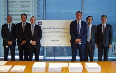 يظهر من اليسار إلى اليمين عند توقيع العقد: William Calligeros ، مدير شركة McDermott Country Australia ، NZ & PNG ؛ ديريك برايس ، BHGE قائد المبيعات الإقليمي ؛ غراهام جيليس ، نائب رئيس شركة BHGE لمعدات حقول النفط ؛ إيان بريسكوت ، نائب رئيس أول مكديرموت آسيا والمحيط الهادئ ؛ هيديكي إيواشيتا ، نائب رئيس INPEX لخدمات التمويل والتكنولوجيا ؛ ويوسوكي أويدا ، نائب رئيس INPEX ، Asset Managem (تصوير: مكديرموت)