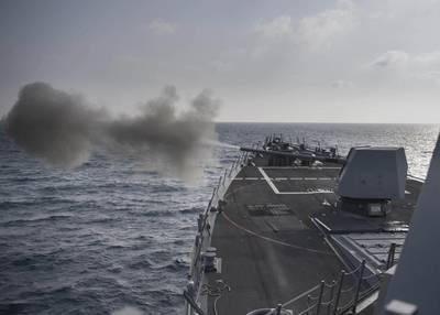 निर्देशित-मिसाइल का विनाश करने वाला यूएसएस प्रैबल (डीडीजी 88) लाइव-फायर अभ्यास के दौरान एक मार्क 45 5-इंच बंदूक चलाता है। (यूएस नेवी फोटो मास कम्युनिकेशन विशेषज्ञ तीसरे वर्ग मॉर्गन के नॉल / रिलीज द्वारा)