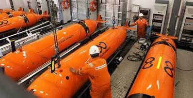 महासागर इन्फिनिटी के एयूवी समुद्र तल के स्वायत्त रूप से समुद्री तट पर नक्शा लगाने के लिए तैयार किए जा रहे हैं, समुद्रतट के कन्स्ट्रक्टर (फोटो: महासागर अनंतता) पर