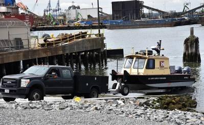 区域车辆在2018年6月12日在新泽西州泽西市的纽约区重建的Caven Point海运码头检索一艘调查船。新的船坡道可以在潮汐周期的所有点上发射和回收船只。在纽约 - 新泽西港的水上调查船上教授了Hydrogaphic Surveys课程的一部分。 (摄影:James D'Ambrosio)
