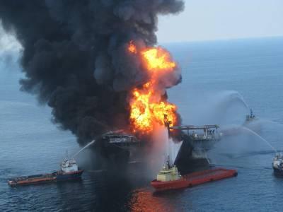 响应人员争夺离岸石油钻井平台的炽热残余物深水地平线2010年4月21日(文件照片:美国海岸警卫队)