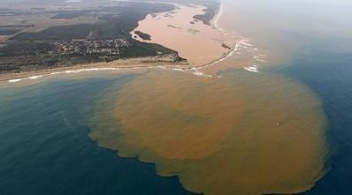 在萨马科大坝倒塌形象之后几周,里约Doce河口在Regência镇(知识共享 -  Arnau Aregio)