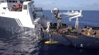 AUV Hydroid Remus 6000は、USS Indianapolisを探すためにR / V Petrelから配備されています。 (写真提供:Paul G. Allen)