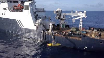 AUV Hydroid Remus 6000从R / V Petrel部署,用于搜索印第安纳波利斯号航空母舰。 (图片由Paul G. Allen提供)
