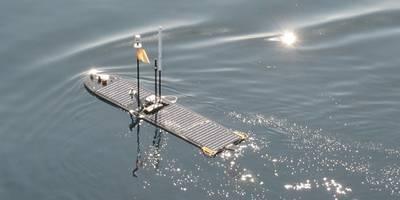 CefasのWave Glider Lyraは、RV Cefas Endeavorから配備された後、41日間のミッションの開始時に帆走します。 (写真:Cefas)