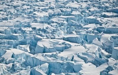 Crevasses perto da linha aterrando de geleira da ilha do pinho, Continente antárctico. (Créditos: Universidade de Washington / I Joughin)