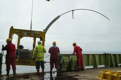 Das maßgeschneiderte Bohrgerät wird über die Seite des RRS James Cook abgesenkt. Das Bohrgerät ist so konstruiert, dass das gebogene Stahlrohr in das Sediment des Meeresbodens gedrückt wird. Bild: Copyright STEMM-CCS Projekt