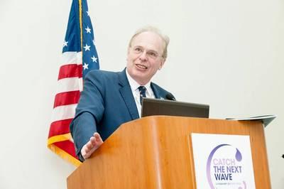 Der Vorsitzende der Konferenz von OiA '19, Ralph Rayner, steht 2017 auf der Bühne der Catch The Next Wave in San Diego. Foto: Oceanology International