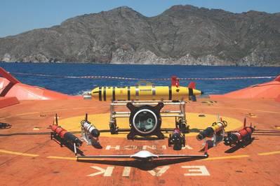 """Die unbemannte Fahrzeugflotte auf """"Clara Campoamor"""" Schiffsdeck - 6 AUV; 1 USV, 1 UAV - in der Übung Juni 2017 in Cartagena. (Foto mit freundlicher Genehmigung von Javier Gilabert)"""