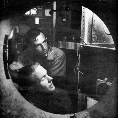 Don Walsh y Jacques Piccard dentro de la cabaña de Trieste, 1959. Imagen cortesía de Don Walsh