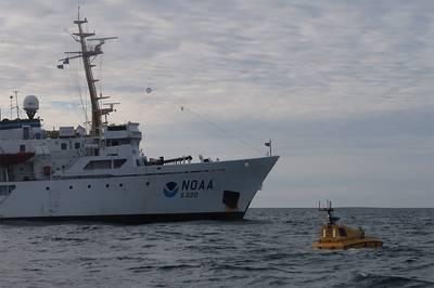 Ein Team von Ingenieuren und Studenten des Zentrums für Küsten- und Meereskartierung der Universität New Hampshire ist kürzlich von einer Reise zurückgekehrt, bei der das erste autonome (robotische) Oberflächenschiff - der Bathymetric Explorer und Navigator (BEN) - von einem NOAA-Schiff weit über dem Meeresspiegel eingesetzt wurde Nördlicher Polarkreis. (Foto von Christina Belton, NOAA)